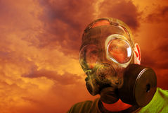 Homme se protégeant avec le masque de gaz Photos stock