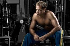 Homme se reposant après séance d'entraînement Images stock