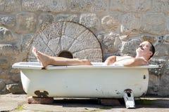 Homme se reposant dans la baignoire Image libre de droits