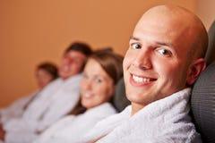 Homme se reposant dans la chambre de relaxation Images libres de droits