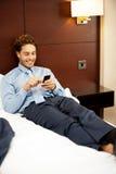 Homme se reposant dans le bâti luxueux et la transmission de messages Photographie stock