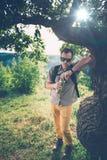 Homme se reposant sous l'arbre Photos stock