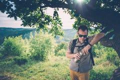 Homme se reposant sous l'arbre Image libre de droits