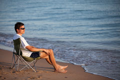 Homme se reposant sur la plage Photo stock