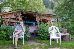 Homme se reposant sur une chaise dehors photos libres de droits