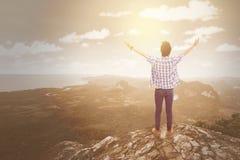 Homme se tenant au bord de falaise Photos libres de droits