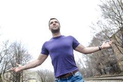Homme se tenant avec des bras augmentés dehors Concept au sujet de la liberté, de la foi et de la célébration image libre de droits