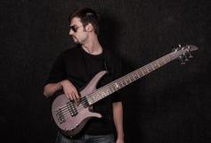 Homme se tenant avec la guitare basse Images libres de droits