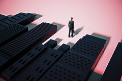 Homme se tenant dans la ville abstraite avec des ombres Image stock