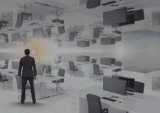 homme se tenant dans le bureau inversé avec la fusée Photo stock