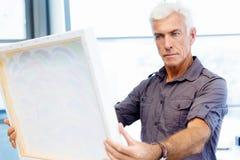 Homme se tenant dans une galerie et une perspective image stock