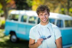 Homme se tenant en parc avec des lunettes de soleil Images libres de droits