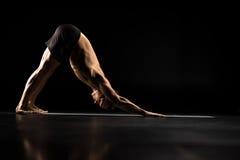 Homme se tenant en position de yoga Image libre de droits