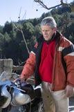 Homme se tenant près d'une moto Images libres de droits