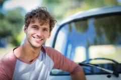 Homme se tenant près de campervan en parc Photos libres de droits