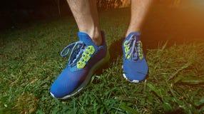 Homme se tenant sur courir les chaussures bleues Photographie stock libre de droits