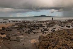 Homme se tenant sur la plage de Takapuna Photos libres de droits