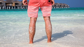Homme se tenant sur la plage maldivienne Image stock