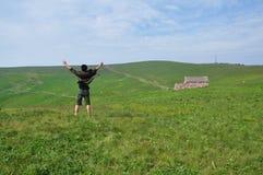 Homme se tenant sur la prairie Image libre de droits