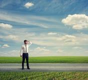 Homme se tenant sur la route et regardant en avant Photo stock