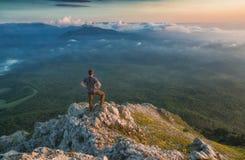 Homme se tenant sur un dessus de montagne rocheuse photos libres de droits