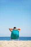 Homme se trouvant sur sunbed Photo stock
