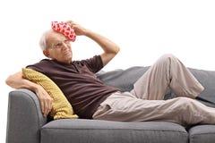 Homme se trouvant sur un sofa Photo libre de droits
