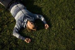 Homme se trouvant sur une pelouse Images stock