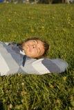 Homme se trouvant sur une pelouse Photographie stock