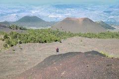 Homme semblant le vieux cône refroidi et volcanique de lave en Etna Park photographie stock libre de droits