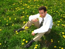 Homme sentant un pissenlit Photographie stock