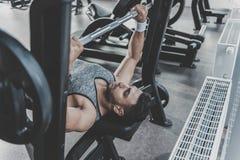Homme serein prenant l'exercice dans le gymnase moderne photos stock