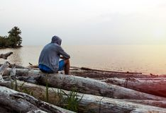 Homme seul au bord de la mer images stock