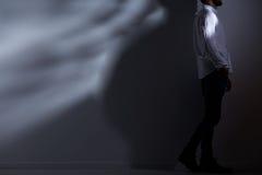Homme seul dans la chambre noire photographie stock libre de droits
