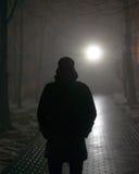 Homme seul dans le brouillard la nuit Images libres de droits