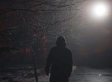 Homme seul dans le brouillard la nuit Images stock