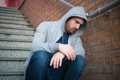 Homme seul désespéré assis Image libre de droits