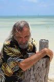 Homme seul par la mer Photographie stock
