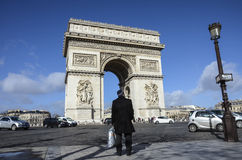 Homme seul regardant Arc de Triomphe, Paris Image libre de droits