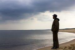 Homme seul regardant la mer Photographie stock libre de droits