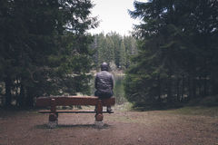 Homme seul s'asseyant sur le banc photos stock