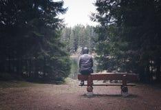 Homme seul s'asseyant sur le banc image libre de droits