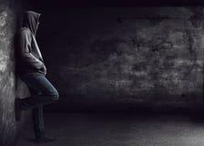 Homme seul se tenant image stock