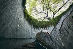 Homme seul sur l'escalier en spirale photo libre de droits