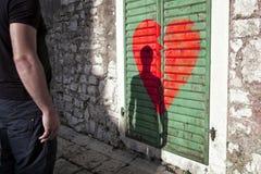 Homme seul triste avec le fond du coeur brisé Photographie stock libre de droits