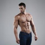 Homme sexy dans le studio photo libre de droits