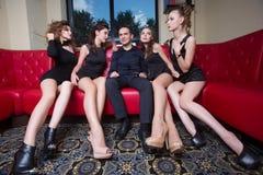 Homme sexy de lovelace entouré par vouloir chaud de femmes Images libres de droits