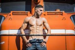 Homme sexy de torse nu posant contre du train photos libres de droits