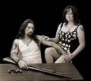 Homme sexy dur avec la femme sexy dure et un fusil de chasse avec le shellson Photo stock