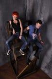 Homme sexy et femme faisant une séance photos de mode dans un studio professionnel Images libres de droits